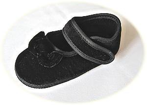 Baby's black velvet slippers